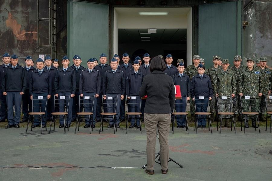 總統蔡英文(前)4日下午前往空軍第一雷達分隊,代替因空難殉職的參謀總長沈一鳴完成未竟任務。(總統府提供)
