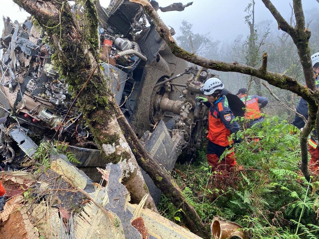 UH-60M黑鷹直升機2日在新北市山區失事,正副駕駛及參謀總長沈一鳴等8將士殉職。網路謠傳,殉職的年輕飛官配偶無法領取撫卹,國防部澄清這是不實的假訊息。(消防署提供)
