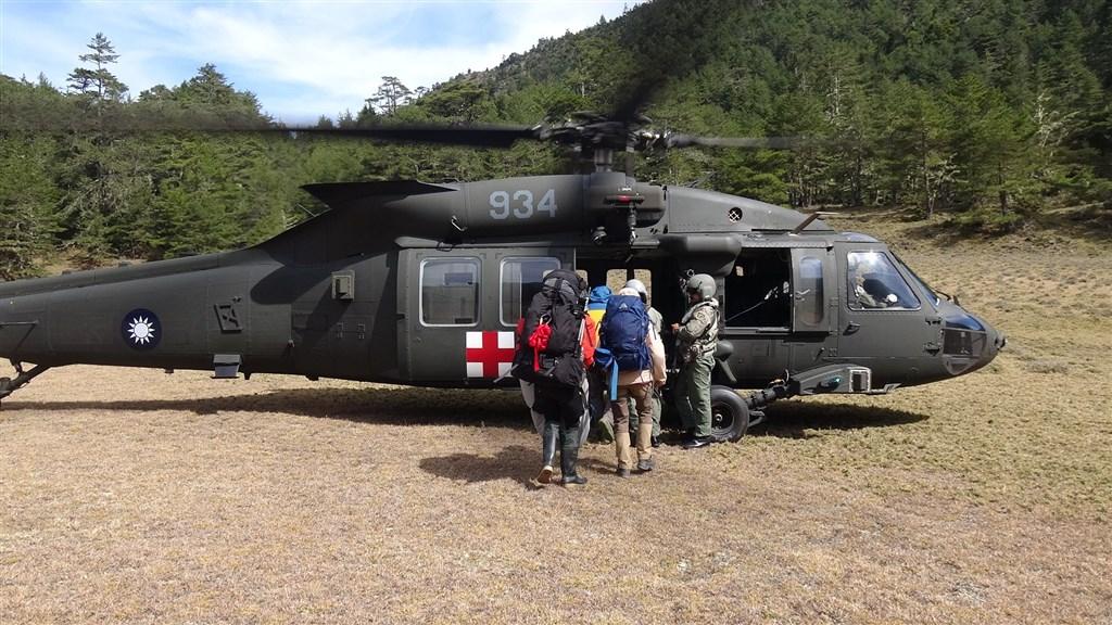 空軍司令部在臉書粉絲專頁發文表示,4日空軍第四聯隊獲令派遣黑鷹執行登山客救援任務。(圖取自facebook.com/cafhq)