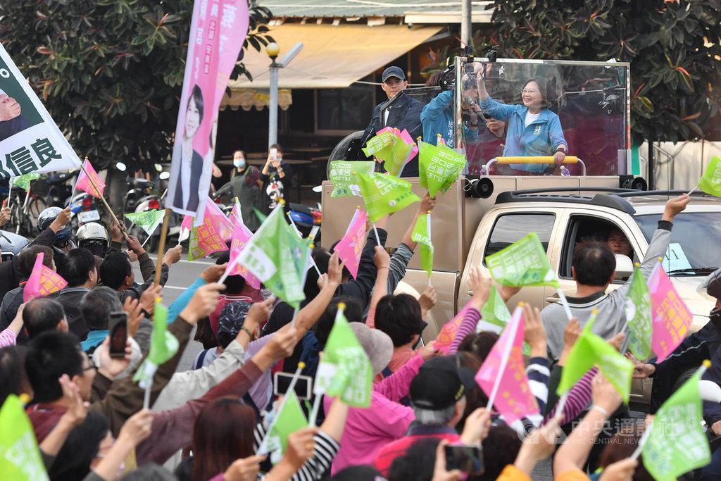 選前最後黃金週,總統蔡英文(車上右)6日下午陪同民進黨籍台南市立委候選人陳亭妃展開車隊掃街拜票,許多民眾在路旁揮舞旗幟表達支持。中央社記者林俊耀台南攝 109年1月6日