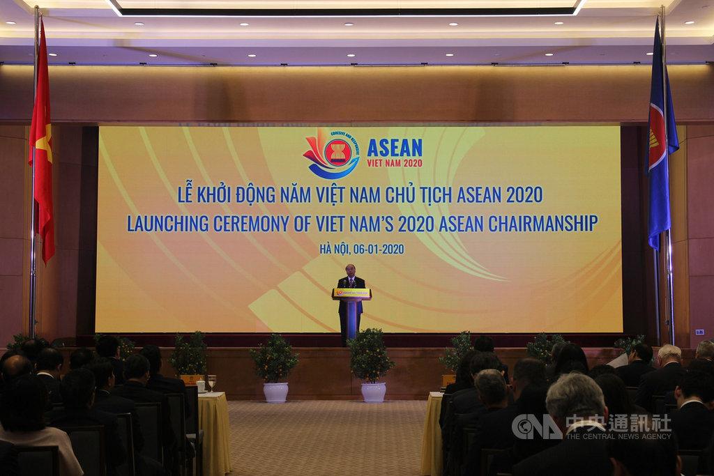 越南今年擔任東協輪值主席國。越南政府6日在河內市舉行擔任2020年東協輪值主席國的啟動儀式,越南相關部門官員與東協各國駐越南大使等代表出席。圖為越南總理阮春福在儀式上致詞。中央社河內攝 109年1月6日