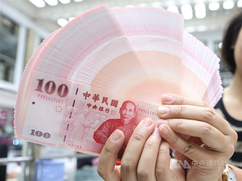 中央銀行6日宣布,為了便利民眾春節前兌換新鈔,8家金融機構、選定454家分行做為兌鈔地點,將於1月16日起、連續5個營業日進行新鈔兌換。(中央社檔案照片)