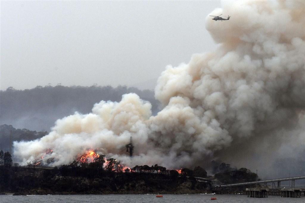 澳洲野火持續失控,單單在新南威爾斯州,野火焚毀的面積就相當於1.35個台灣,打破當地歷史紀錄。圖為6日新南威爾斯州火災情形。(法新社提供)