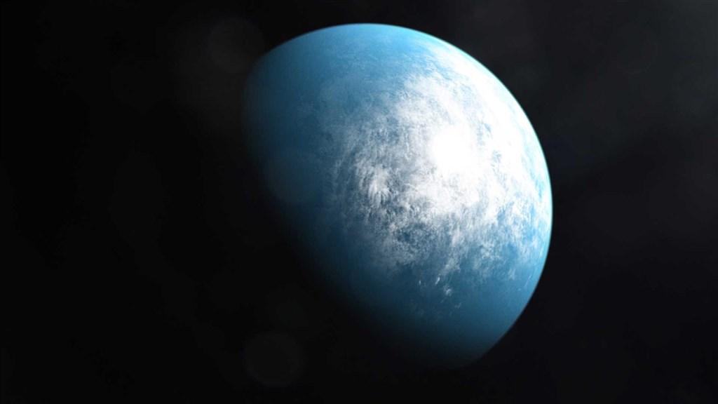 美國航太總署6日說,這枚名為TOI 700 d的行星,位於宿主恆星的可居住範圍內,容許液態水的存在,距離地球僅100光年。(圖取自twitter.com/nasaexoplanets)