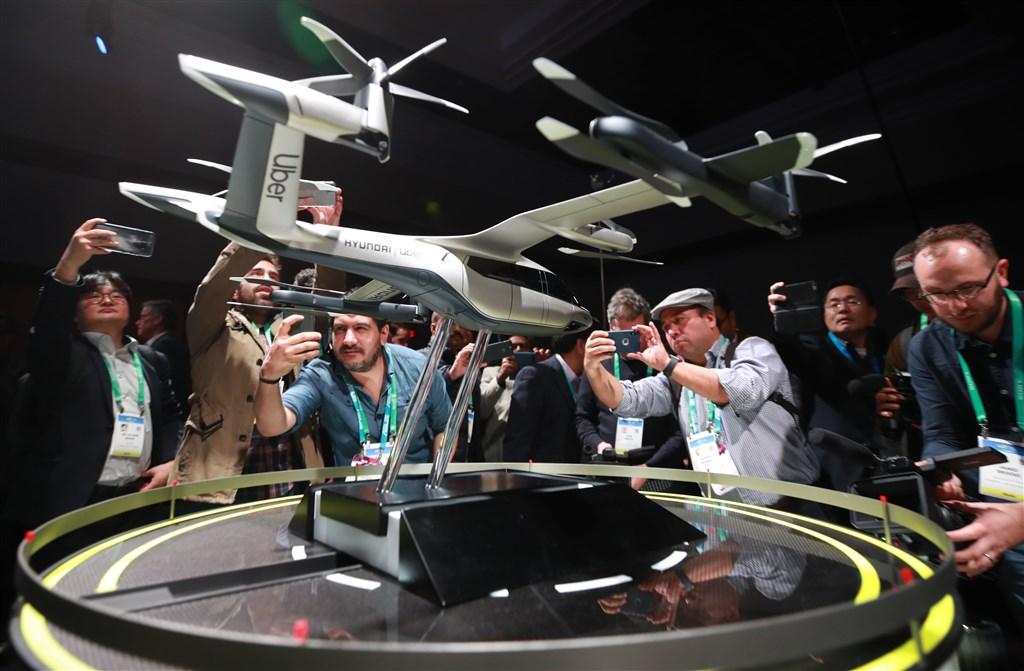 南韓汽車製造商現代汽車6日宣布,將為叫車服務巨擘優步(Uber)準備在2023年推出的空中共乘網絡,量產垂直起降飛天電動車。(韓聯社提供)