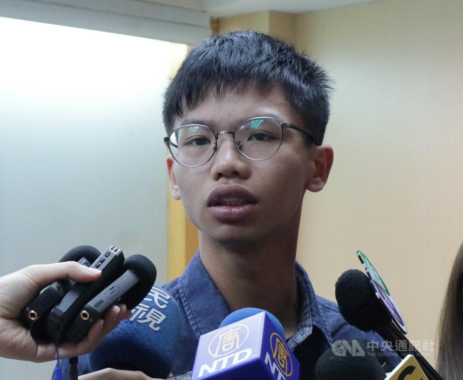 香港學運人士鍾翰林(圖)7日表示,2019年6月曾來台向政府反映港人求助的技術性問題,意在提供建議,並非指責台灣。圖為鍾翰林當時在台出席記者會。中央社記者繆宗翰攝 109年1月7日