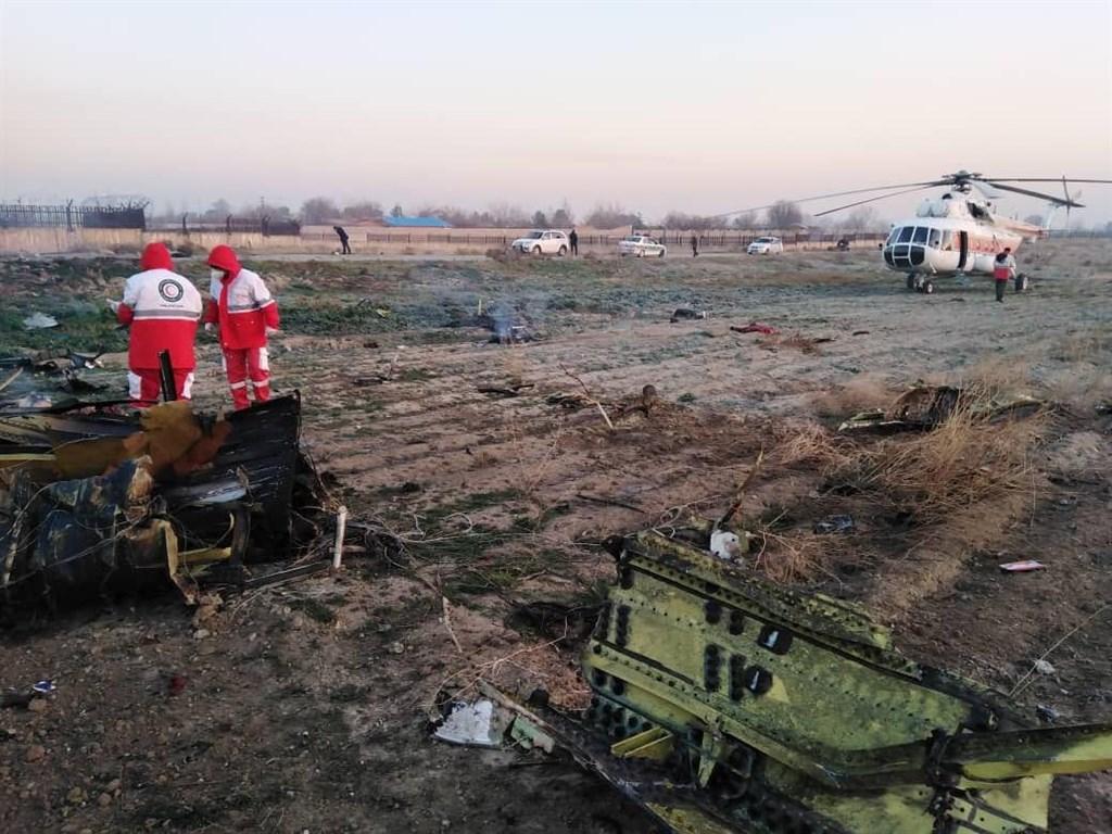 一架載有170人的烏克蘭航空飛機8日從伊朗首都德黑蘭起飛後不久墜毀,機上170人全數罹難。(伊朗紅新月會/安納杜魯新聞社提供)