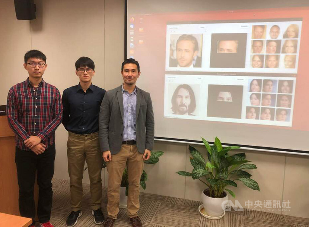 清華大學資訊工程系副教授吳尚鴻(右)為了協助學生著手開發AI廣告生成技術。兩年來,已有不少學生團隊透過這套系統製作行銷廣告,也受到企業主青睞,正在洽談合作。中央社記者吳柏緯攝  109年1月8日