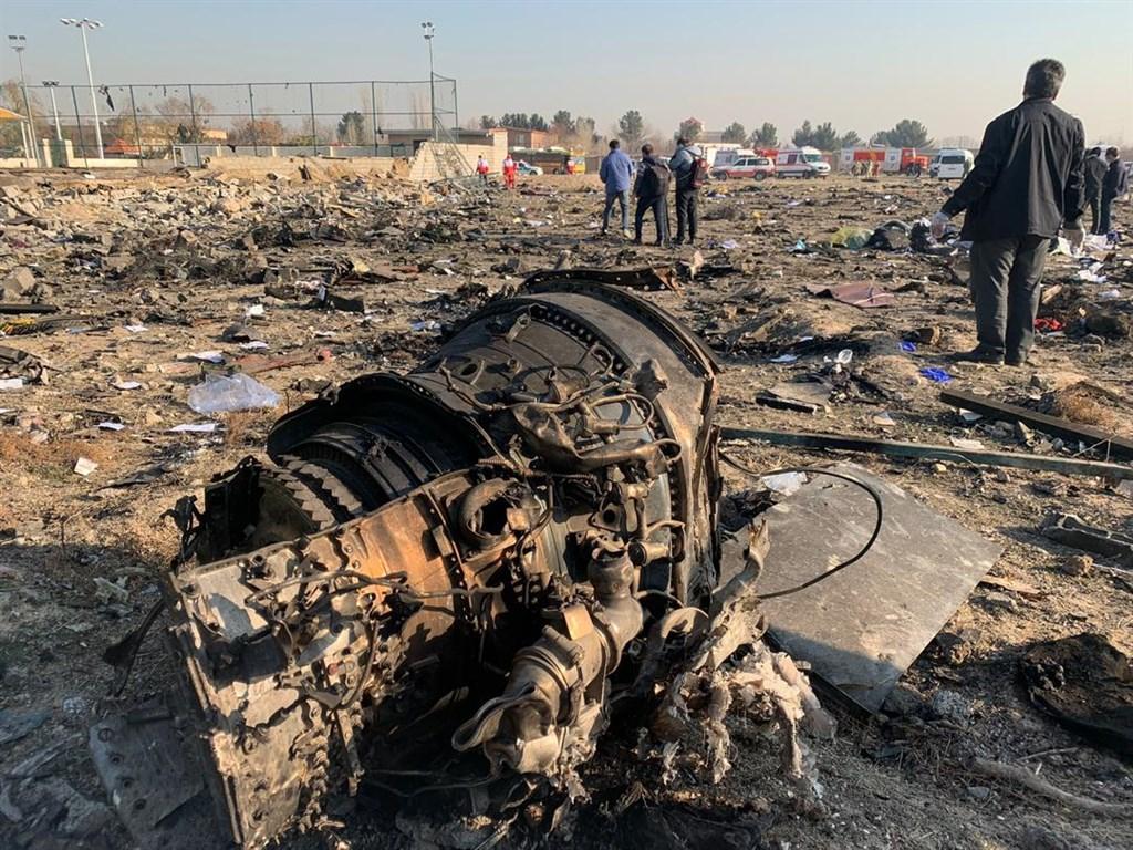 克蘭國際航空表示,公司旗下一架客機8日在伊朗首都德黑蘭郊外墜毀,客機機型是2016年生產的波音737,且飛機在失事前兩天才做過檢查。(伊朗紅新月會/安納杜魯新聞社提供)