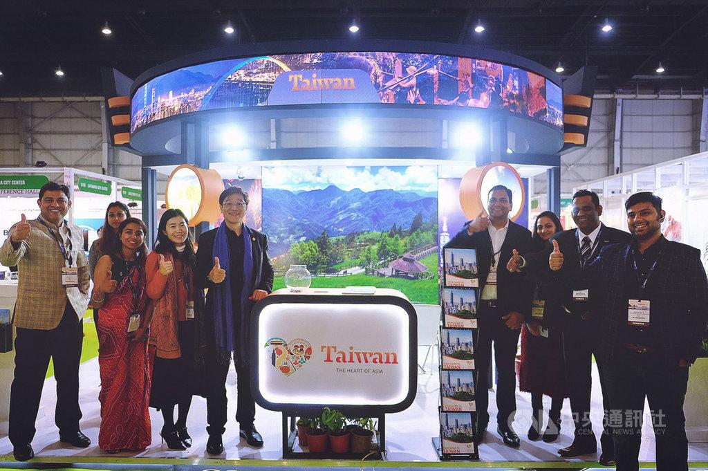 觀光局駐新加坡辦事處主任林信任(左5)8日在印度北方省大諾伊達市參加南亞旅遊展暨旅遊交易會,並於台灣館與印度業者及工作人員合影。中央社記者康世人大諾伊達攝 109年1月8日