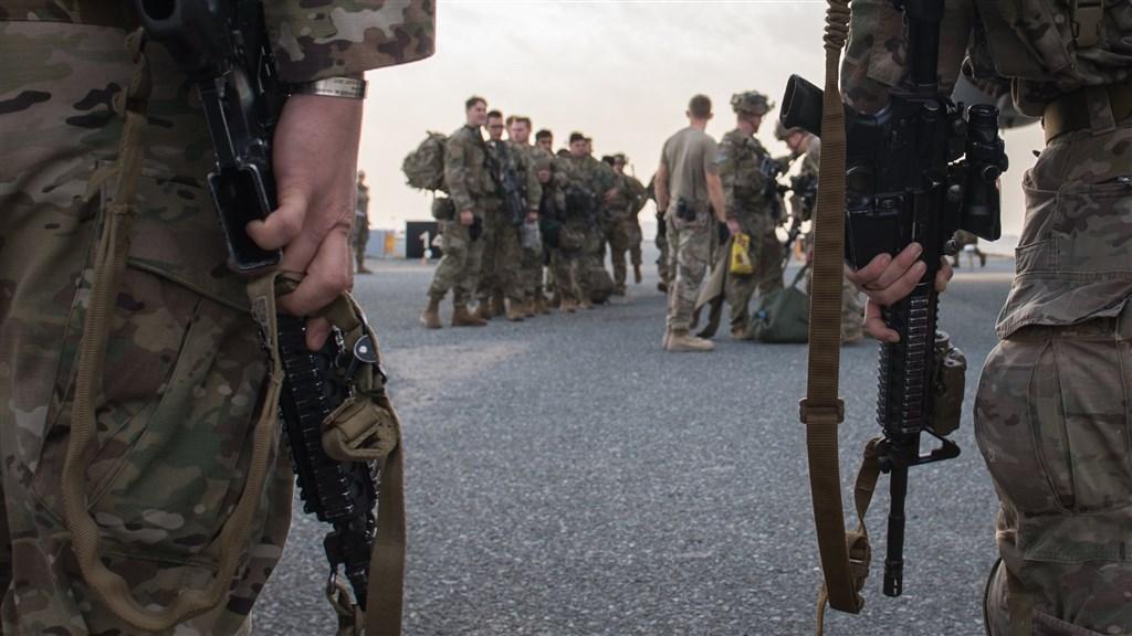 美國與伊朗間衝突一觸即發,美軍第82空降師緊急開赴中東。圖為2日第82空降師傘兵抵達科威特。(圖取自facebook.com/usarmycentral)