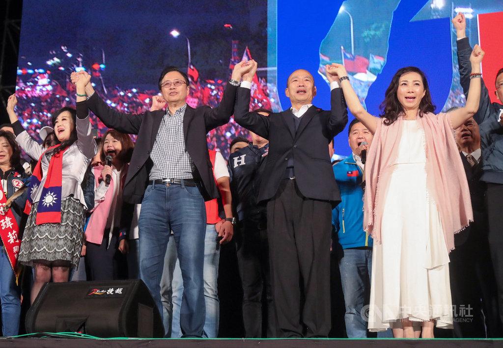 國民黨總統候選人韓國瑜(前右2)與妻子李佳芬(前右),以及黨副總統候選人張善政(前左2)與妻子張琦雅(前左)9日晚間在凱達格蘭大道同台造勢。中央社記者裴禛攝 109年1月9日