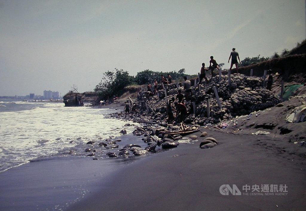 紀錄片導演柯金源耗時12年將數十年拍攝台灣環境變遷的圖檔數位化,以深刻扎實的影像與社會對話。圖為2005年八里海岸侵蝕,記錄碉堡與砲台的變遷。(柯金源提供)中央社記者鄭景雯傳真 109年1月9日