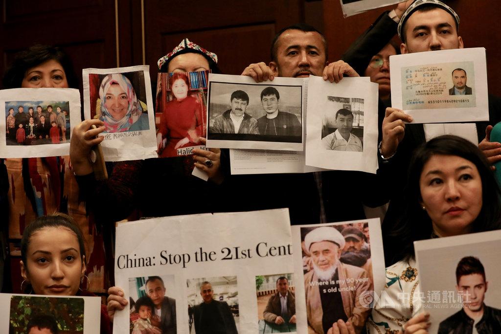 美國國會及行政部門中國問題委員會(CECC)8日公布2019年中國報告,指中國在新疆的作為已構成「違反人道罪」。報告發表會上多名維吾爾族人高舉遭拘禁的家人照片,盼獲得外界關注。中央社記者徐薇婷華盛頓攝 109年1月9日