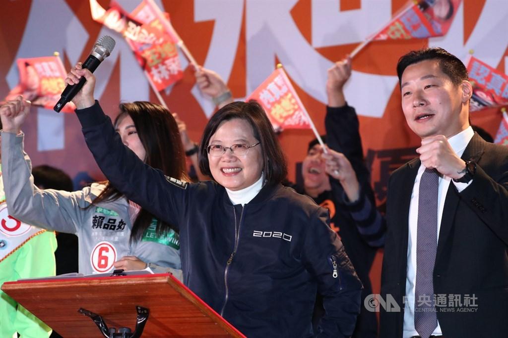 2020選戰最後關鍵時刻,民進黨支持的無黨籍台北市立委候選人林昶佐(右)9日晚間在龍山寺前舉行造勢大會,總統蔡英文(右2)壓軸登場助選,現場「凍蒜」聲不絕於耳。中央社記者王騰毅攝 109年1月9日
