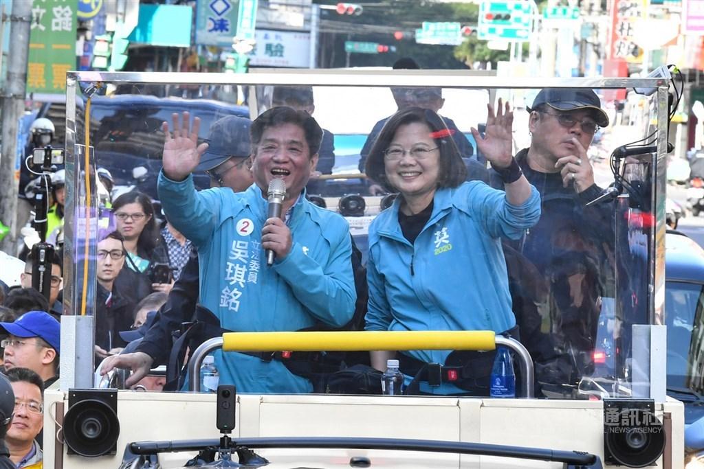 總統蔡英文(前右)10日陪同立委候選人吳琪銘(前左)前往土城選區掃街,向民眾熱情揮手,籲請支持。中央社記者林俊耀攝 109年1月10日