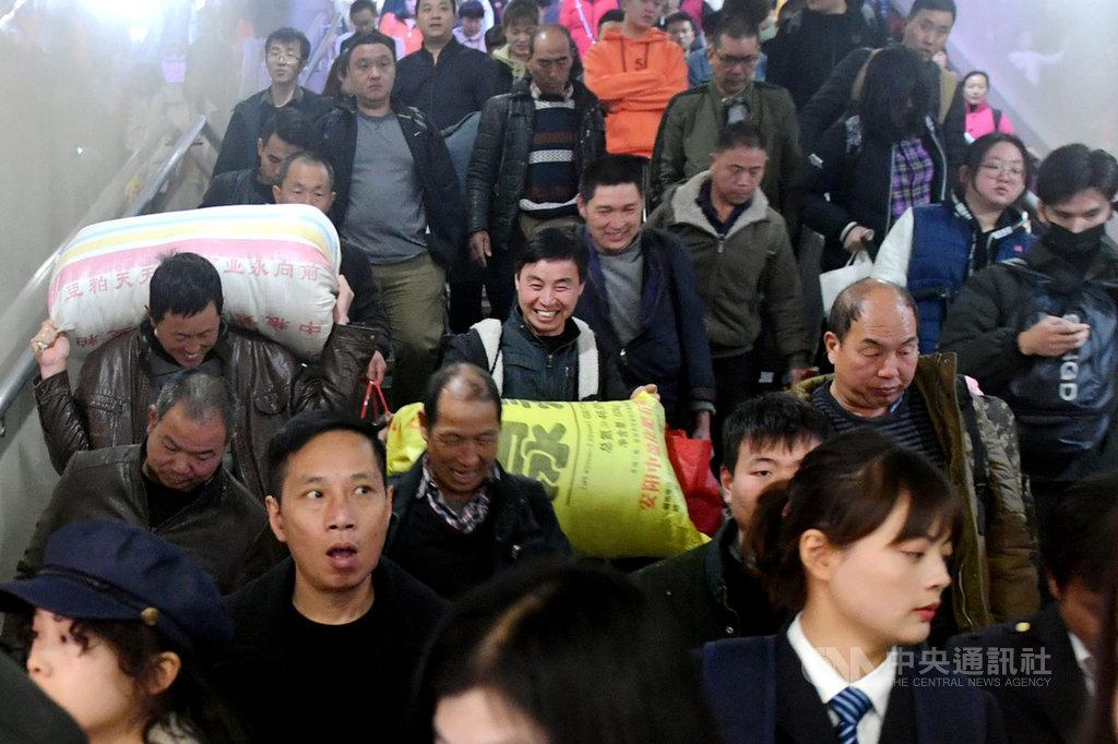 中國春運10日啟動,估計期間全國旅客發送量將達30億人次。美國醫學專家說,春運將增加武漢肺炎病毒在人群中的傳播。圖為9日旅客在福州火車站下車出站。(中新社提供) 中央社記者周慧盈北京傳真 109年1月10日