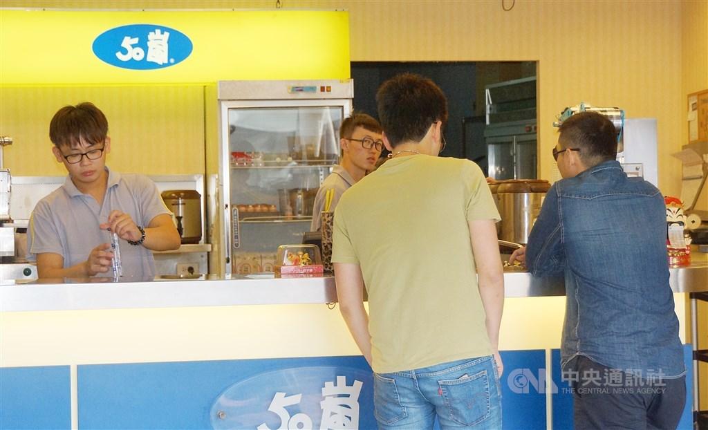 經濟部10日通過10家中小企業擴大投資台灣,其中包括手搖飲龍頭50嵐高屏總部新嵐企業加碼3億。(中央社檔案照片)