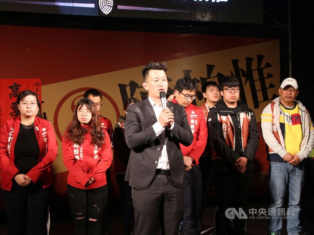 台中市第2選區台灣基進黨立委候選人陳柏惟(前)11日晚間到競選總部開票會場宣布勝選,他表示,開心一下就好,中國對台灣的威脅越來越重、越來越大,這時候團結台灣、穩定人民的心情,是一個很重要的任務。中央社記者蘇木春攝 109年1月11日