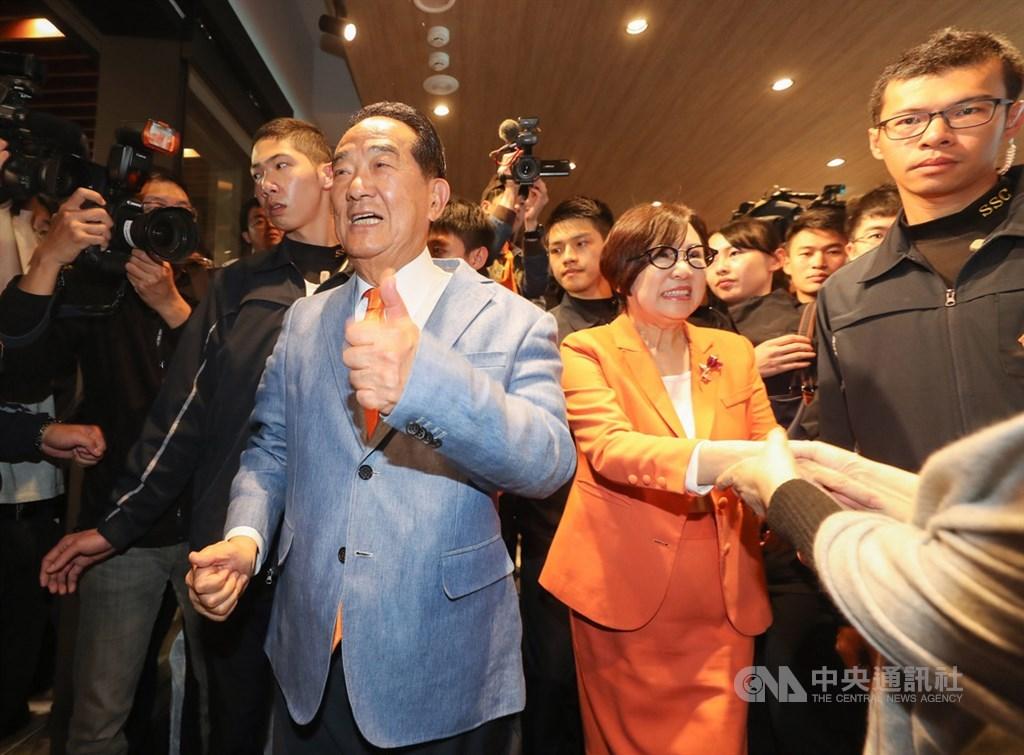 第15任總統副總統及第10屆立委選舉11日登場,晚間親民黨總統候選人宋楚瑜(前左)、副總統候選人余湘(前右2)赴競選總部出席記者會,向支持者道謝。中央社記者裴禛攝 109年1月11日