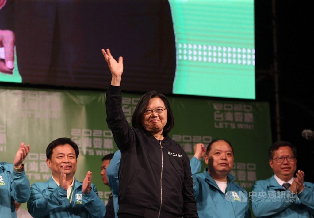 總統蔡英文11日順利連任,她向支持她的年輕人表達感謝,「你們是勇敢的台灣囝仔,台灣最美的風景就是你們」。中央社記者郭日曉攝 109年1月11日