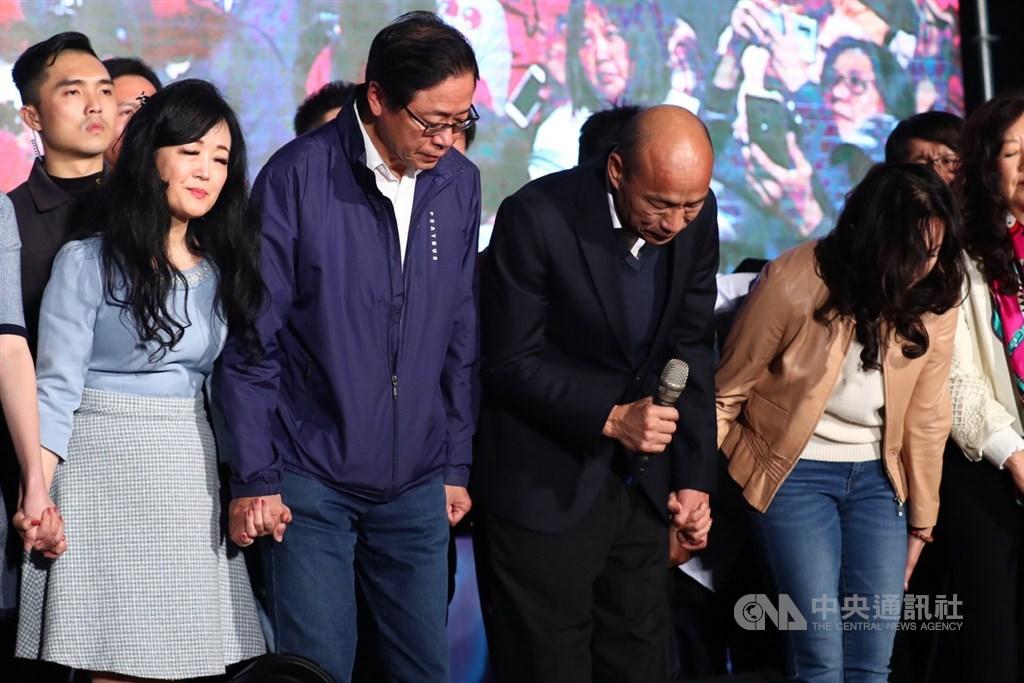 國民黨總統候選人韓國瑜(前右2)、副總統候選人張善政(前左2)11日晚間現身高雄市黨部外,正式發表敗選感言後鞠躬感謝支持者。中央社記者王騰毅攝 109年1月11日