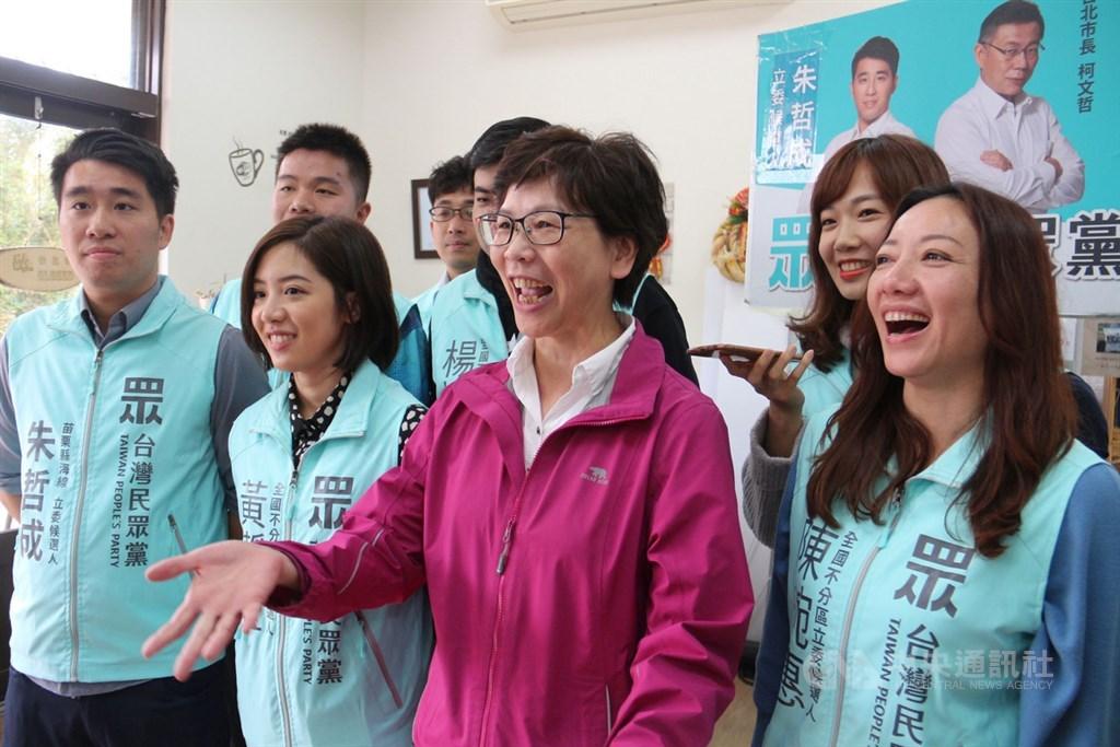 總統立委選舉結果出爐,民眾黨共拿下近159萬張政黨票,得票率為11.2%,排名第5的蔡壁如(前排右2)確定進入國會。(中央社檔案照片)