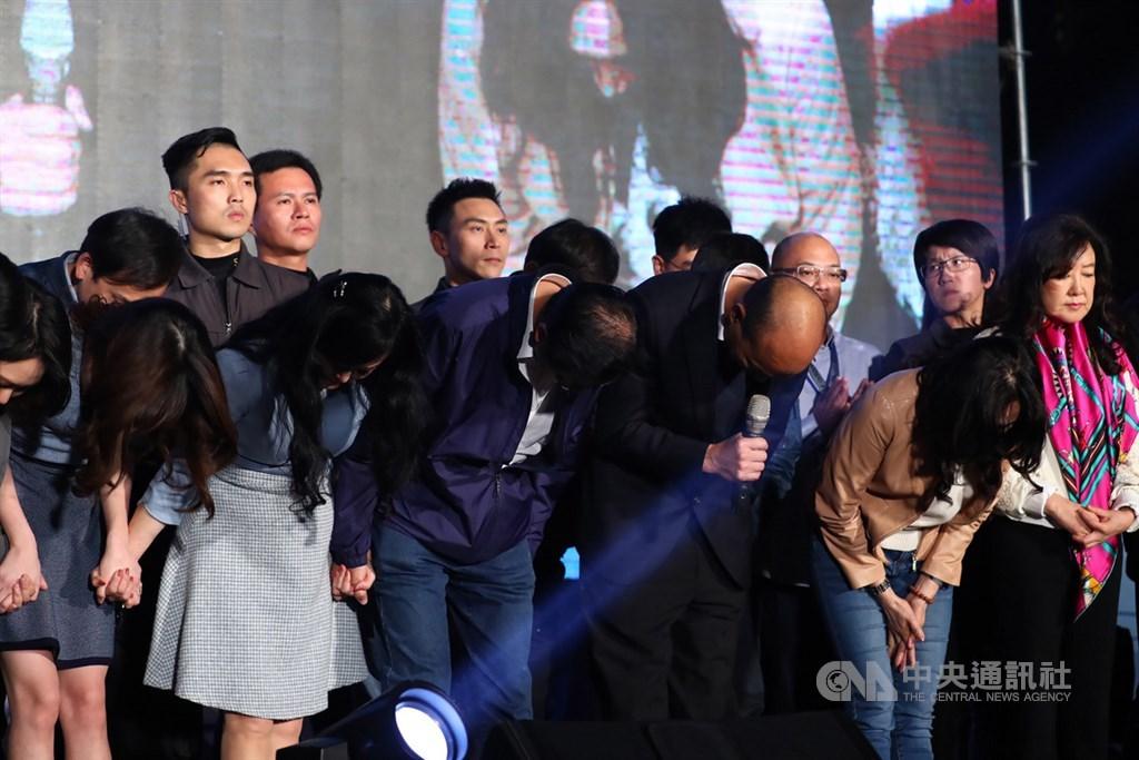 國民黨總統候選人韓國瑜(前右2)、副總統候選人張善政(前右3)11日晚間現身高雄市黨部外,正式發表敗選感言,並深深鞠躬,感謝眾人一路相挺。中央社記者王騰毅攝 109年1月11日
