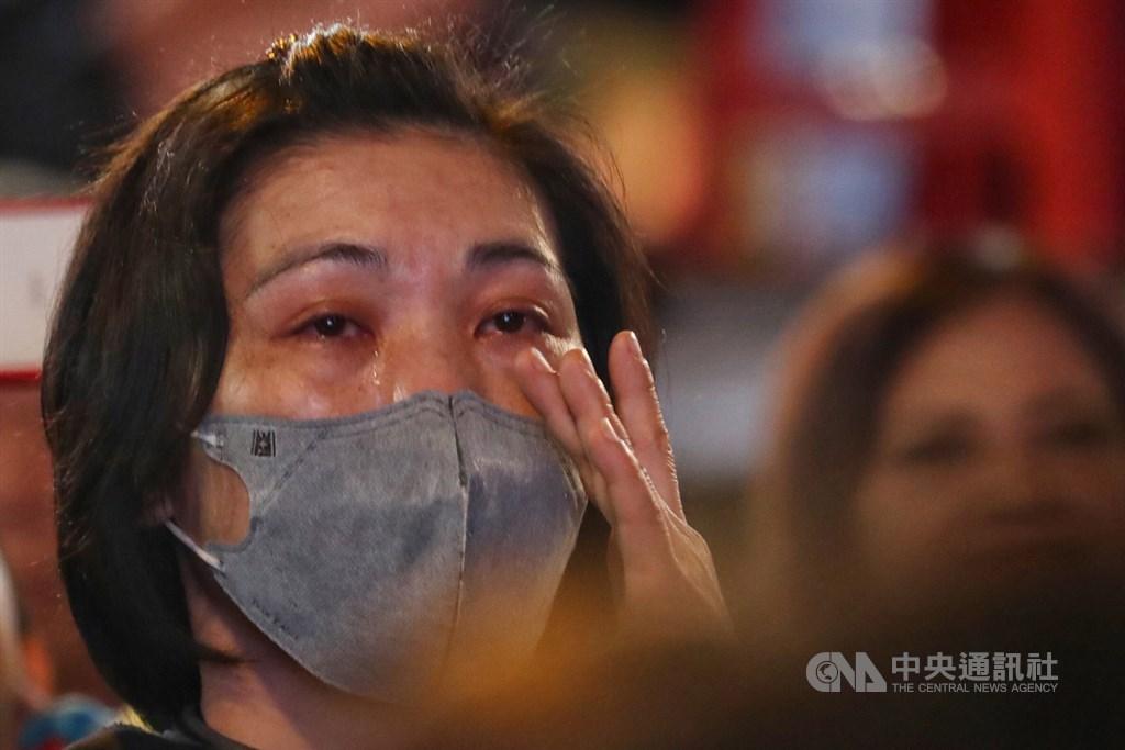 第15任總統、副總統及第10屆立法委員選舉11日舉行,晚間開票結果陸續揭曉,國民黨高雄市黨部開票現場,有支持者看到票數大幅落後,忍不住落淚。中央社記者王騰毅攝 109年1月11日