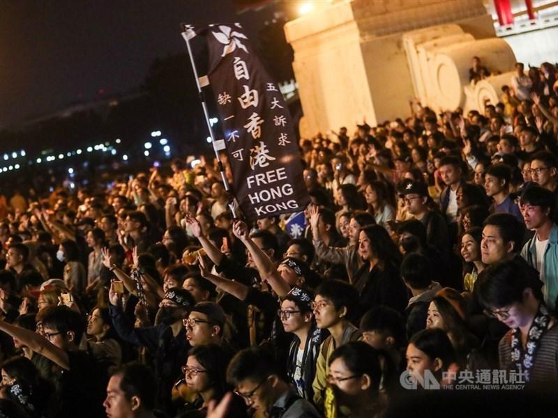 民進黨2020大選總統、立委雙贏,台灣智庫執行委員賴怡忠說香港反送中,讓年輕人大量站出來是主因。圖為11月17日「撐香港要自由」演唱會,現場擠滿響應民眾,有人更舉著旗幟傳達支持香港反送中訴求的立場。(中央社檔案照片)