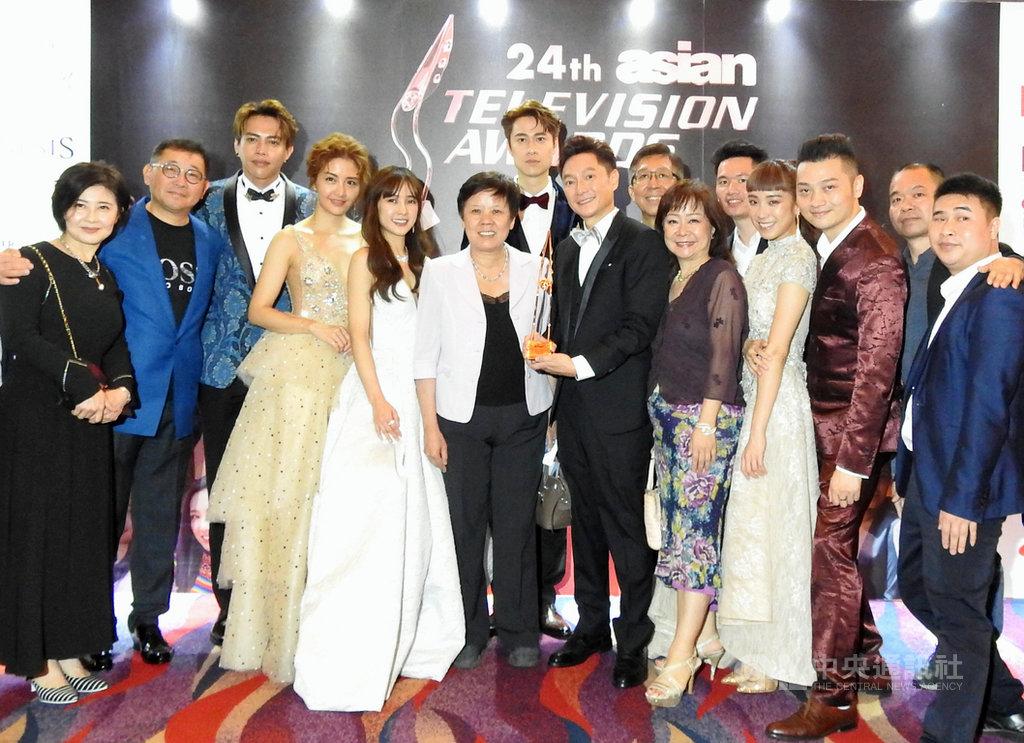 藝人謝祖武(右前5)11日晚上奪下第24屆亞洲電視大獎最佳男主角獎,與中華民國駐菲代表處官員和與會的兩岸演員及被提名人合影。中央社記者陳妍君馬尼拉攝 109年1月12日