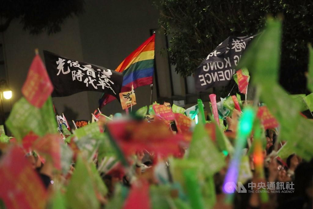 總統蔡英文連任中華民國總統,香港民間人權陣線12日下午透過臉書感謝台灣人「支持香港」。圖為10日民進黨選前之夜現場不少人帶著挺港旗幟參與響應。中央社記者吳家昇攝 109年1月10日