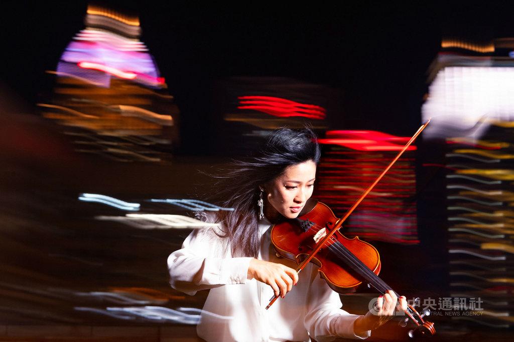 小提琴家吳思樺結合小提琴獨奏與電聲音樂所設計的音樂會,以古典音樂中的傳統演奏方式為核心,探索加入電聲與互動科技的樂器演奏狀態,將在衛武營國家藝術文化中心演出。(衛武營國家藝術文化中心提供)中央社記者趙靜瑜傳真  109年1月12日