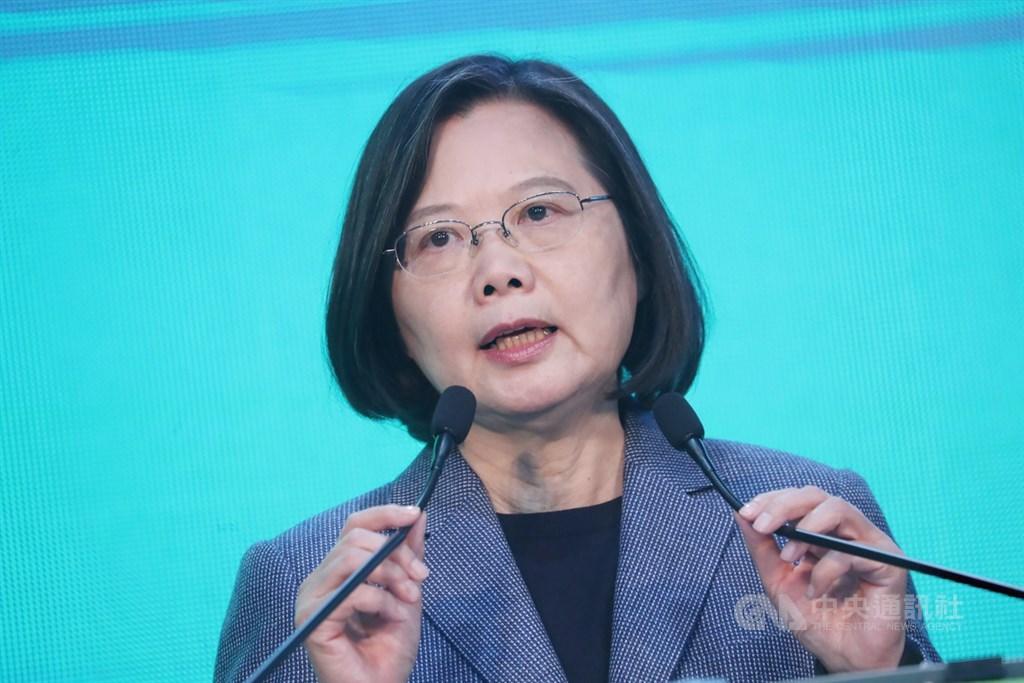 蔡總統12日表示,青年世代願意站出來為台灣民主投下一票,表示年輕世代已逐漸崛起,政治人物的承諾也必須兌現,這才能讓青年世代信服。(中央社檔案照片)