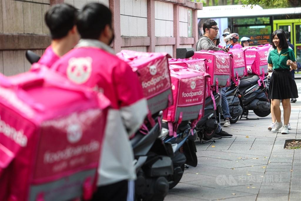 Foodpanda外送員不滿薪制調整,認為形同變相減薪,醞釀16日罷工。(示意圖/中央社檔案照片)