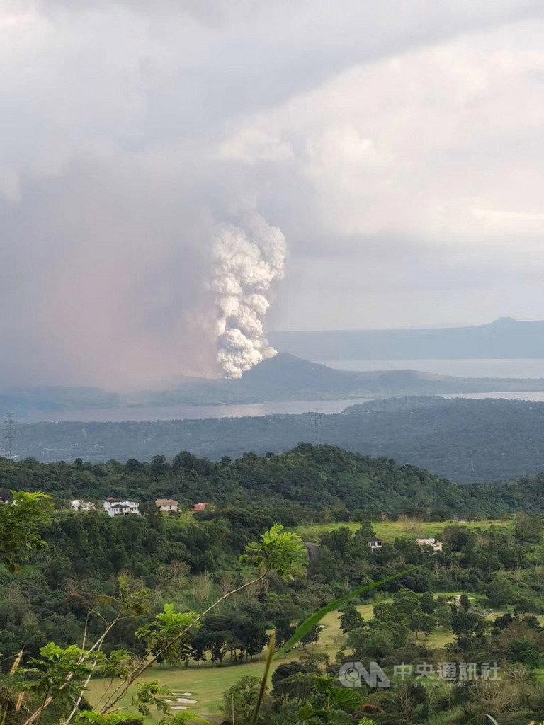 距菲國旅遊勝地大雅台(Tagaytay)不到30公里的塔爾火山12日下午噴發,不少旅菲台灣民眾分享火山噴發照片和影片,相互提醒注意安全。(旅菲台商高珍妮提供)中央社記者陳妍君傳真 109年1月12日