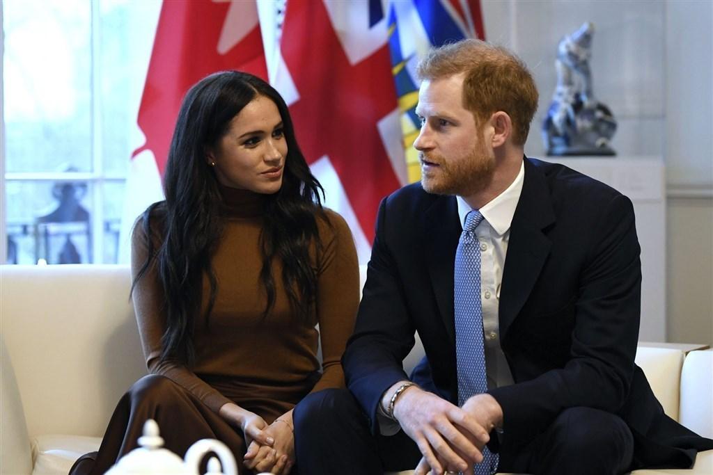 英國哈利王子(右)與妻子梅根馬克爾(左)宣布退居幕後,過渡期將在英國與加拿大兩地居住。但加拿大總理杜魯道表示,政府還沒決定是否承擔哈利與梅根的維安費用。(檔案照片/美聯社)