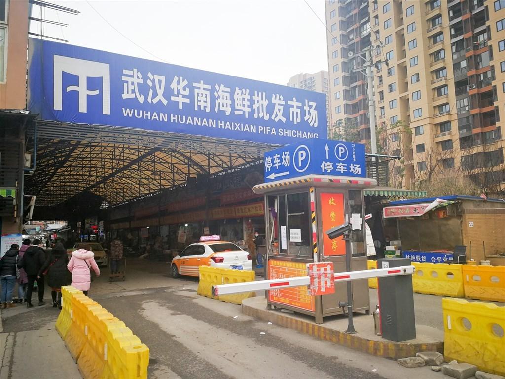 武漢肺炎病毒起源眾說紛紜,中國官方雖咬定販售野味的華南海鮮市場是爆發地,外界卻頻頻質疑,當地實驗室才是疫情起源。圖為華南海鮮市場。(中新社提供)