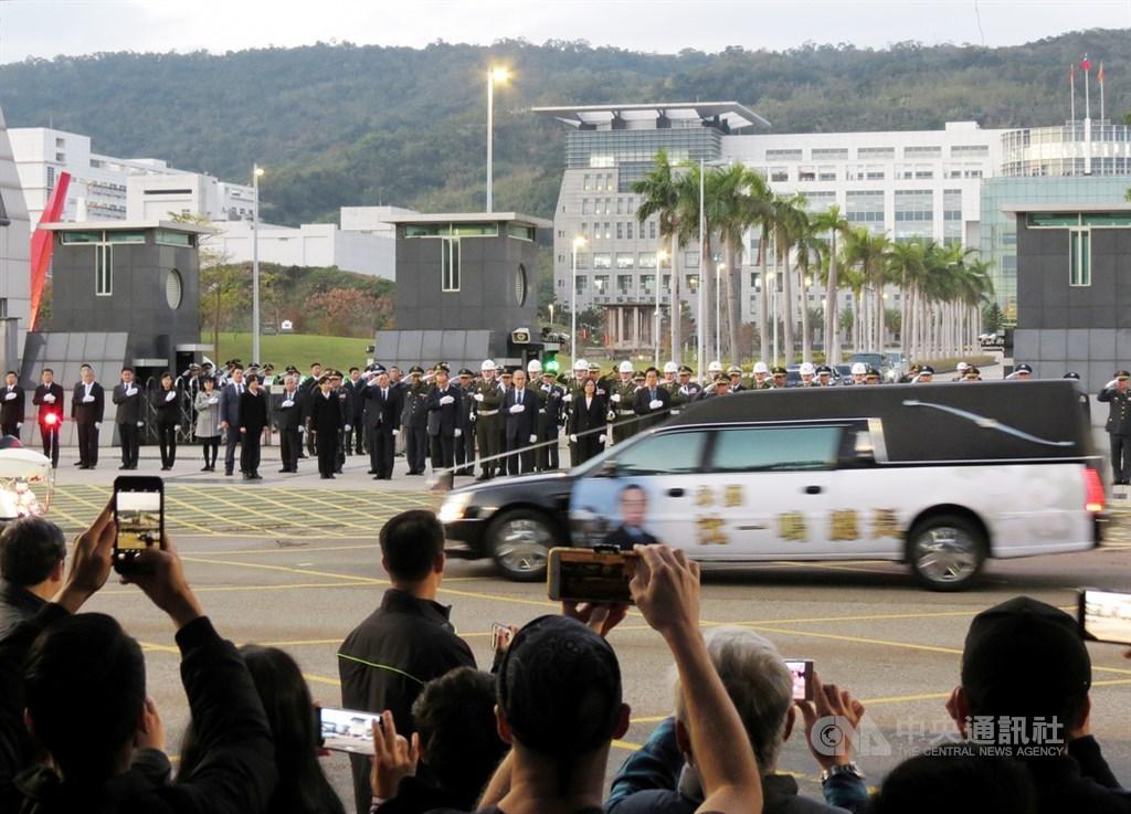 黑鷹直升機失事造成參謀總長沈一鳴等8人殉職,13日下午在台北舉行移柩儀式,國軍弟兄、民眾在國防部外列隊哀悼,目送殉職將士車隊離去。中央社實習記者莊惠閔攝 109年1月13日