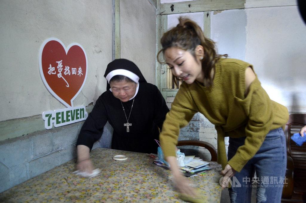 中華聖母基金會董事長陳美惠(左)、藝人曾莞婷(右)13日拜訪嘉義縣「老老照護」家庭,並幫忙住家掃除。中央社記者蔡智明攝 109年1月13日
