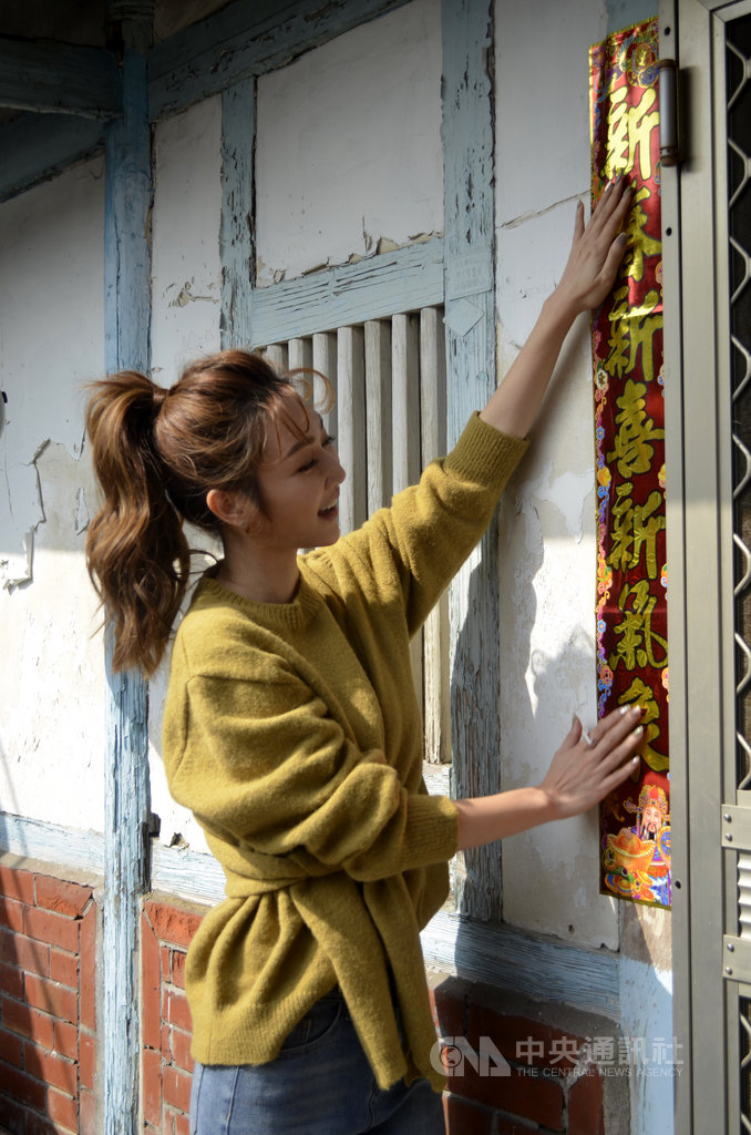 藝人曾莞婷13日受邀擔任中華聖母基金會一日活動暖心大使,協助「老老照護」家庭清掃、貼春聯,呼籲民眾關注老人照顧老人的議題。中央社記者蔡智明攝 109年1月13日