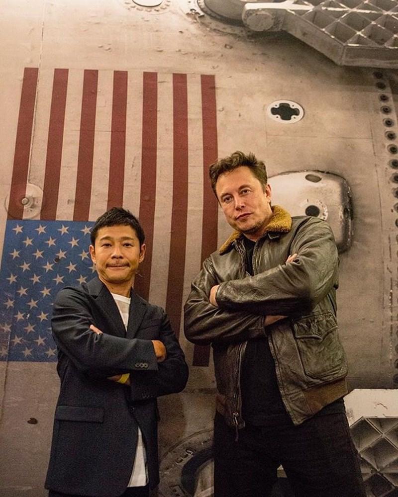 日本億萬富豪前澤友作(左)公開徵求願意和他一同前往月球的女友。前澤友作是美國太空探索科技公司SpaceX繞月火箭預定首位私人旅客,圖為他與SpaceX執行長馬斯克(右)合影。(圖取自前澤友作IG網頁instagram.com)