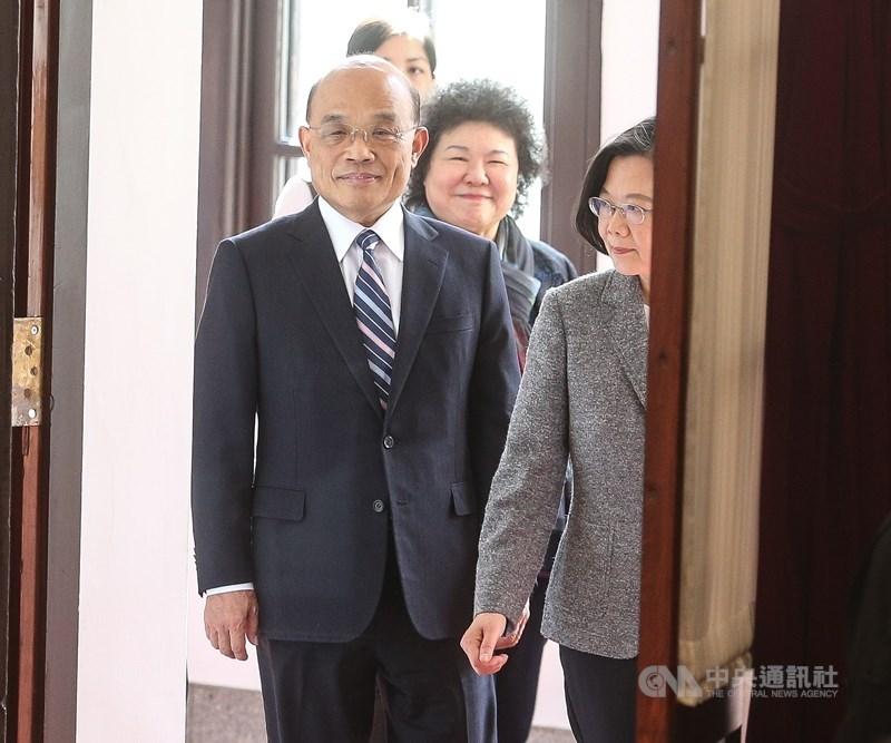 總統蔡英文(前右)13日中午約見行政院長蘇貞昌(前左)已正式表達,希望蘇貞昌能繼續領導行政團隊。(中央社檔案照片)