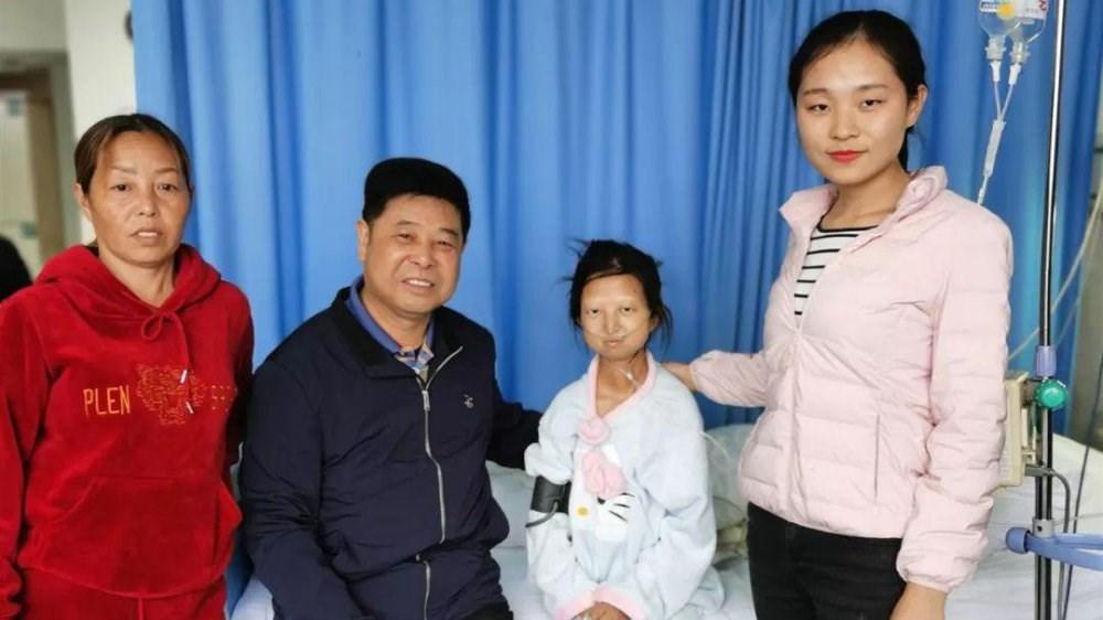 曾因每天生活費僅人民幣2元(約合新台幣9元)的貧困處境引起關注的中國貴州女大學生吳花燕(左3)13日病逝,得年24歲。(圖取自貴州盛華職業學院微博網頁weibo.com)