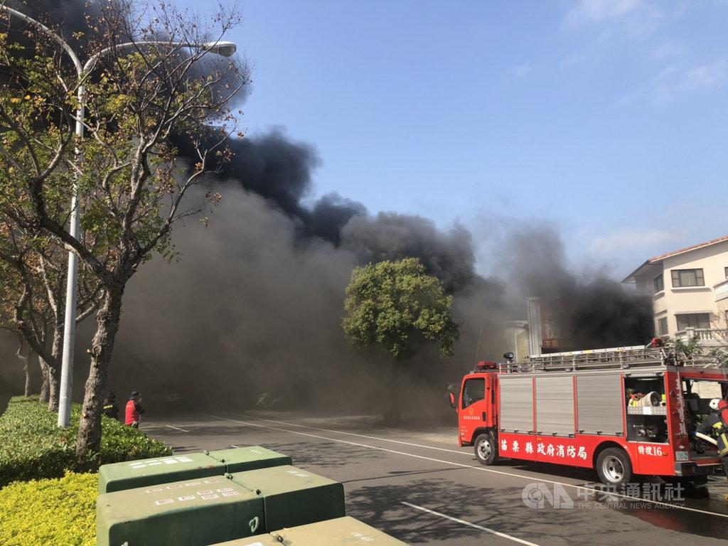 苗栗市國華路一家汽車鈑金廠14日發生火警,火舌在鐵皮廠房內悶燒,不時傳出爆炸聲響,還冒出陣陣黑煙。中央社記者管瑞平攝  109年1月14日