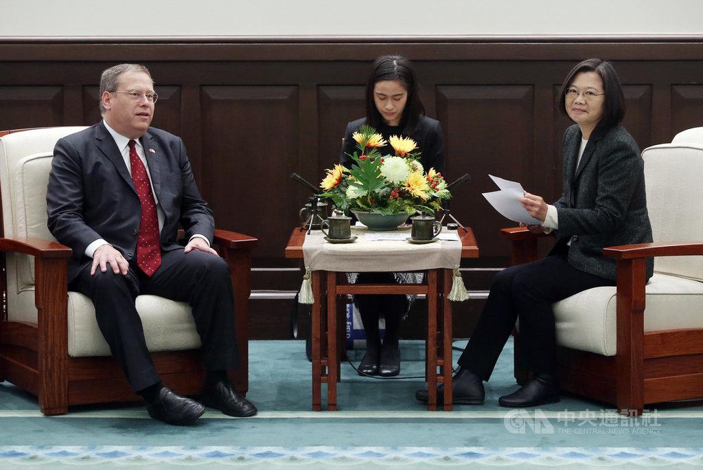 總統蔡英文(右)14日在總統府接見戰略暨國際研究中心(CSIS)訪問團致詞時指出,美國是台灣最重要的戰略夥伴,感謝美國長期的支持,未來台灣也會跟美國繼續強化雙邊夥伴關係。圖左為訪團成員前美國駐港澳總領事唐偉康(Kurt Tong)。中央社記者鄭傑文攝 109年1月14日