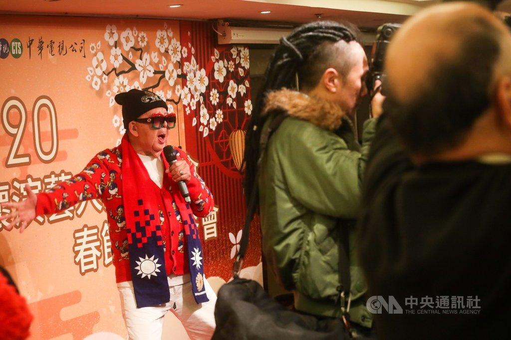 109年度關懷演藝人員春節聯歡餐會14日下午在神旺大飯店舉辦,邀請多名資深藝人參與,藝人林松義(左)在舞台上載歌載舞。中央社記者吳家昇攝 109年1月14日
