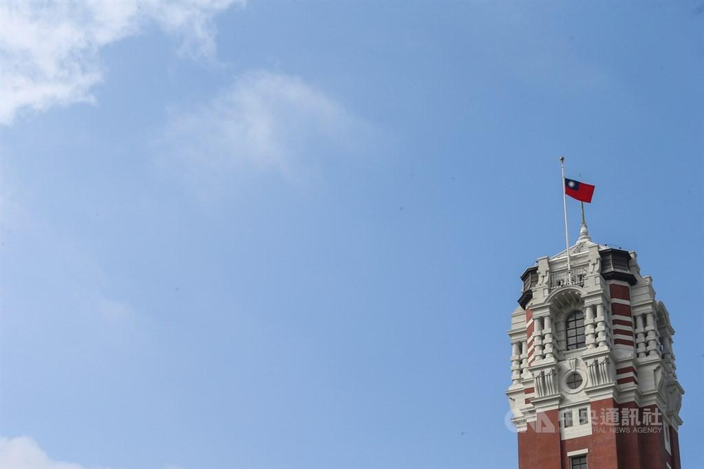 參謀總長沈一鳴上將等8名將士因黑鷹失事殉職,14日上午舉行聯合公奠儀式,總統府降半旗以表哀悼。中央社記者謝佳璋攝 109年1月14日