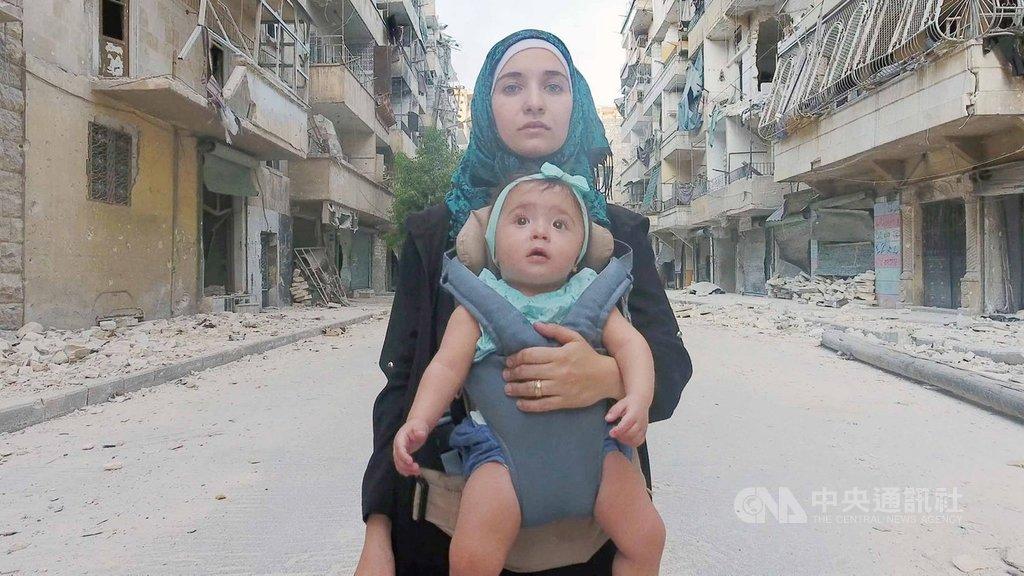 第92屆奧斯卡金像獎的最佳紀錄片入圍名單中,「親愛的莎瑪」(For Sama)(圖)與「洞穴裡的醫院」(The Cave)關注中東敘利亞內戰,可見本屆美國影藝學院的各國會員,對於戰爭重創敘利亞的重視。(海鵬影業提供)中央社記者洪健倫傳真 109年1月14日