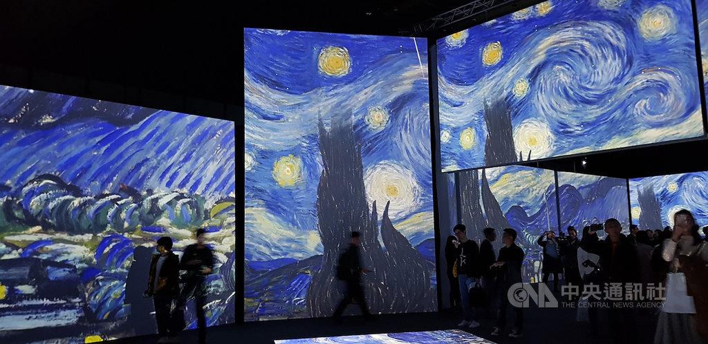 梵谷短短10年的創作生涯,留下「星夜」(圖)、「向日葵」等知名畫作,「再見梵谷-光影體驗展」有別於過去以靜態展覽呈現梵谷畫作,結合音樂與嗅覺,讓觀眾走進梵谷世界。中央社記者鄭景雯攝 109年1月14日